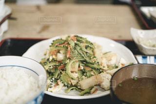 皿の上に食べ物のボウルの写真・画像素材[3105196]