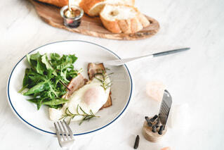 食べ物の皿をテーブルの上に置くの写真・画像素材[3849380]