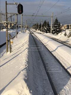 雪に囲まれた線路の写真・画像素材[1723710]
