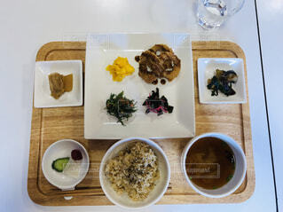 テーブルの上の自然食のお膳の写真・画像素材[2381788]