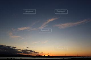 秋の空、夕焼け、だいだい薄雲、3本雲の写真・画像素材[2410406]