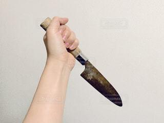 ナイフを持つ手の写真・画像素材[1878321]