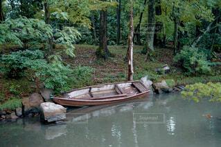 川岸の古いボートの写真・画像素材[1688840]