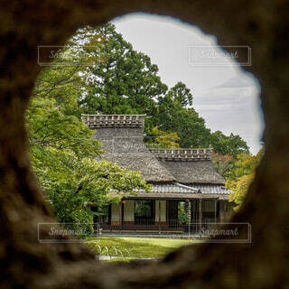 穴から覗いた茶室の写真・画像素材[1689081]