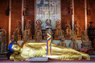 寝ている仏像の写真・画像素材[1694946]