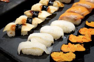 皿の上の寿司の写真・画像素材[1694957]