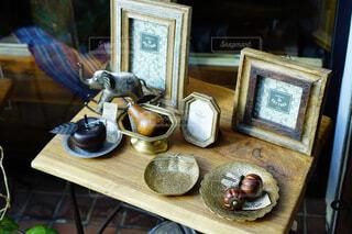 テーブルの上のアンティーク小物の写真・画像素材[1736707]