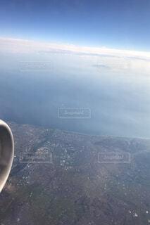 空を飛んでいる飛行機のビューの写真・画像素材[1688657]