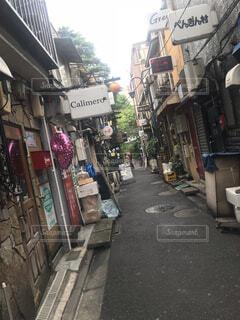 狭い街の通りの写真・画像素材[1689598]