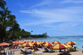 砂浜の上に座っての芝生の椅子のグループの写真・画像素材[1692813]
