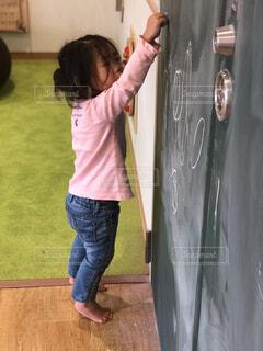 落書きする女の子の写真・画像素材[1690518]