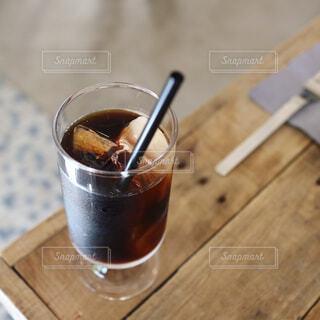 木製テーブルの上のコーヒー - No.755865