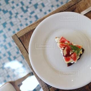 テーブルの上の皿にケーキの写真・画像素材[755885]