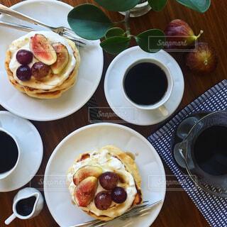 手作りパンケーキとコーヒーの朝ごはんの写真・画像素材[758570]