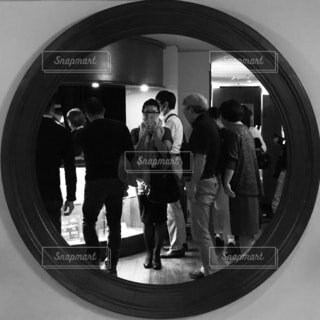 鏡の中に映っている人の写真・画像素材[785134]