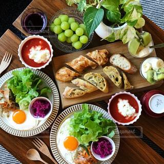 トマトスープとパンの朝ごはんの写真・画像素材[856658]