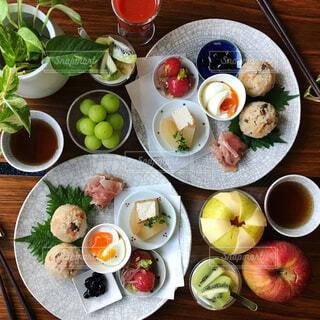 木製テーブルの上に並んだ料理の写真・画像素材[865878]