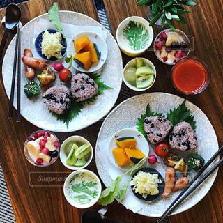 テーブルの上に並んだ料理の写真・画像素材[865910]
