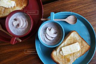 ハニーバタートーストとマッシュルームのミルクスープの写真・画像素材[993218]