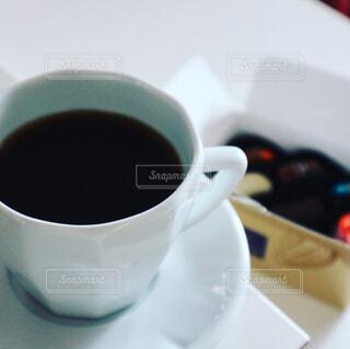 コーヒーカップのアップとチョコレートの写真・画像素材[1001521]