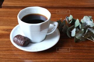 木製テーブルの上のコーヒーカップ - No.1002241