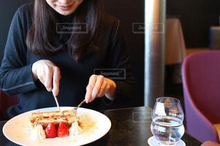 ナポレオンパイを食べる人の写真・画像素材[1002349]