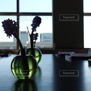 テーブルの上の花瓶の写真・画像素材[1034253]