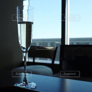 テーブルの上のシャンパングラスの写真・画像素材[1034263]