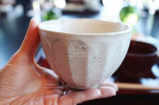 ごはん茶碗を持つ手の写真・画像素材[1034271]