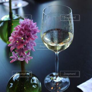 グラスワインとテーブルフラワーの写真・画像素材[1034272]