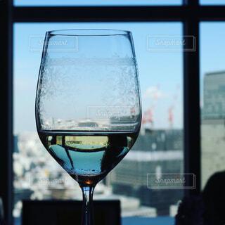 ワイングラスと空の写真・画像素材[1034278]