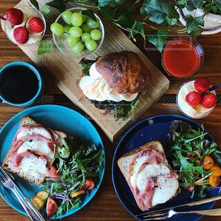 生ハムとモッツァレラチーズのトーストの写真・画像素材[1034315]