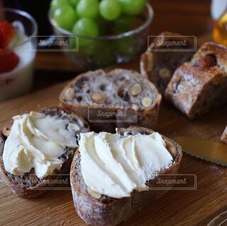 クリームチーズをぬったパンの写真・画像素材[1034317]