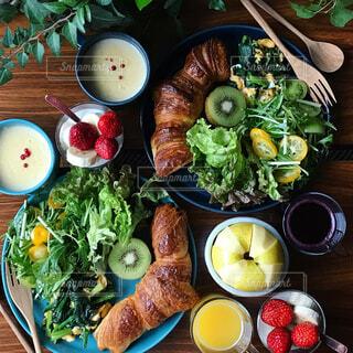 テーブルに並べた朝ごはんの写真・画像素材[1034321]