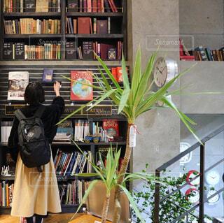 本棚は本でいっぱいの写真・画像素材[1075962]