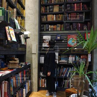 本棚は本でいっぱいの写真・画像素材[1075963]