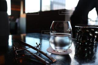 お水のグラスとカトラリーの写真・画像素材[1080986]