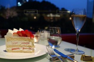 ショートケーキとシャンパーニュの写真・画像素材[1103380]