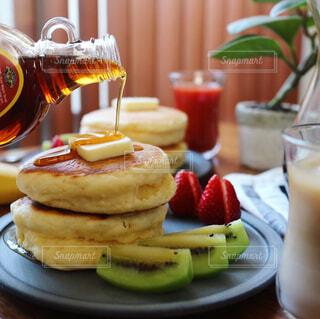 自家製パンケーキで朝ごはんの写真・画像素材[1180614]