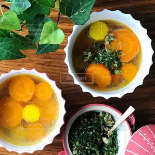 木製のテーブルの上に食べ物のボウルの写真・画像素材[1295388]