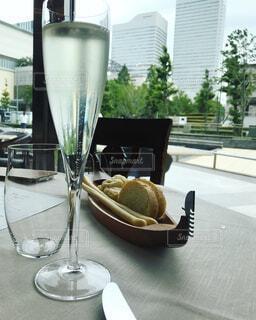 テーブルの上に座っているグラスワインの写真・画像素材[1295426]
