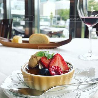 食品とワインのガラスのプレートの写真・画像素材[1295441]