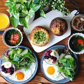 テーブルの上に食べ物の束の写真・画像素材[1295609]
