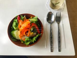 カフェのランチサラダの写真・画像素材[1382141]