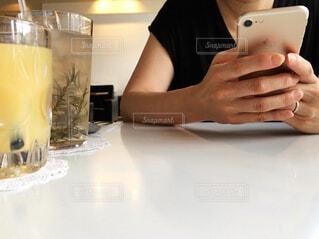 スマホを操作する手の写真・画像素材[1382767]