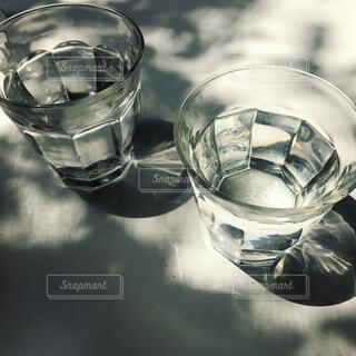 水の入ったグラスの写真・画像素材[1382772]