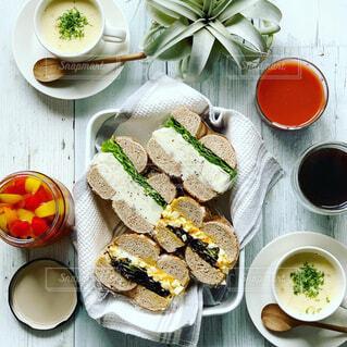 ベーグルサンドとスープの朝ごはんの写真・画像素材[1658715]