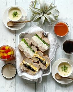 ベーグルサンドとスープの朝ごはんの写真・画像素材[1658716]