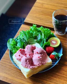 玉子サラダのオープンサンドと国産キウイの写真・画像素材[1678147]