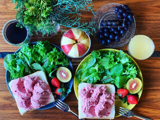 ピンク色の玉子サラダオープンサンドと国産キウイの写真・画像素材[1678149]